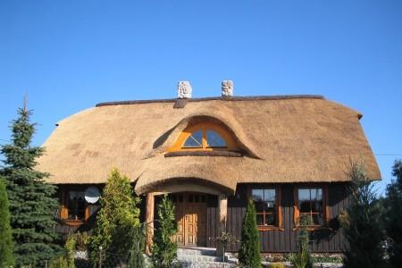 Strzecha i inne pokrycia dachowe: cena a trwałość